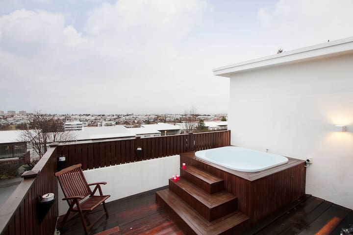 Villa w/ hot tub close to downtown/An amazing view - Kópavogur - Villa