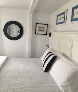 Seaside Retreat- walk to town - Newport - House