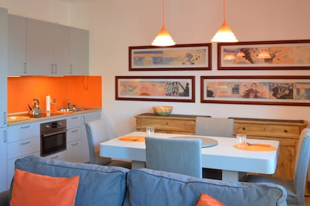 THE ORANGE APARTMENT: 2 MIN FROM THE LAKE GARDA