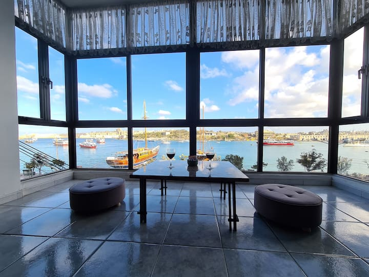 Central  Seafront APT with Valetta Views in Sliema