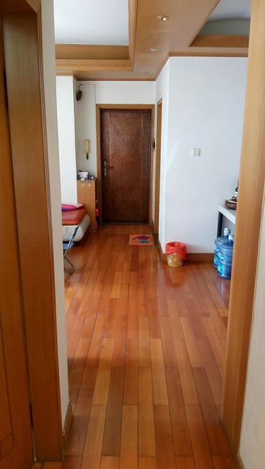 客厅木质地板和门