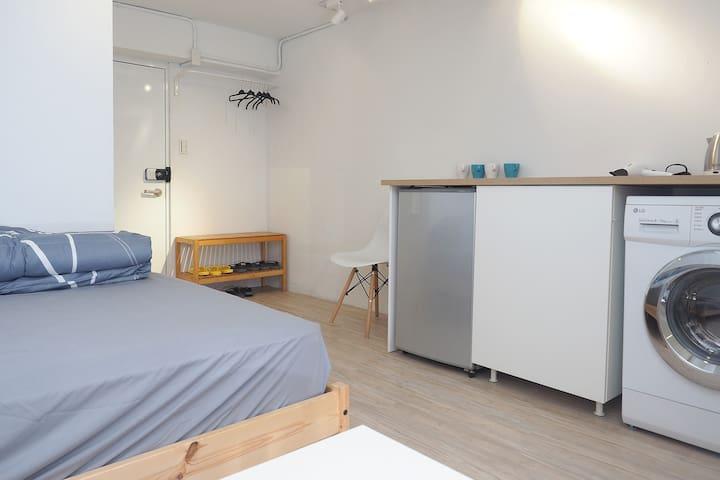 New Decoration Room  (2-5人) 1F寬敞四人房 6站到北車,獨立衛浴,洗衣機