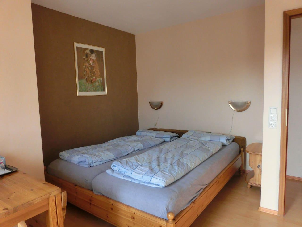 2 gemütliche Betten mit Leselampen.