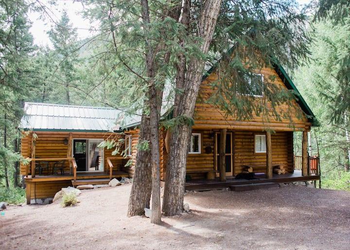 Spacious Log Home w/ Barrel Sauna & Hot Tub