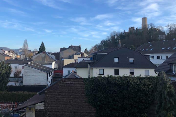 Großartige Aussicht auf Burg: zentral und grün!