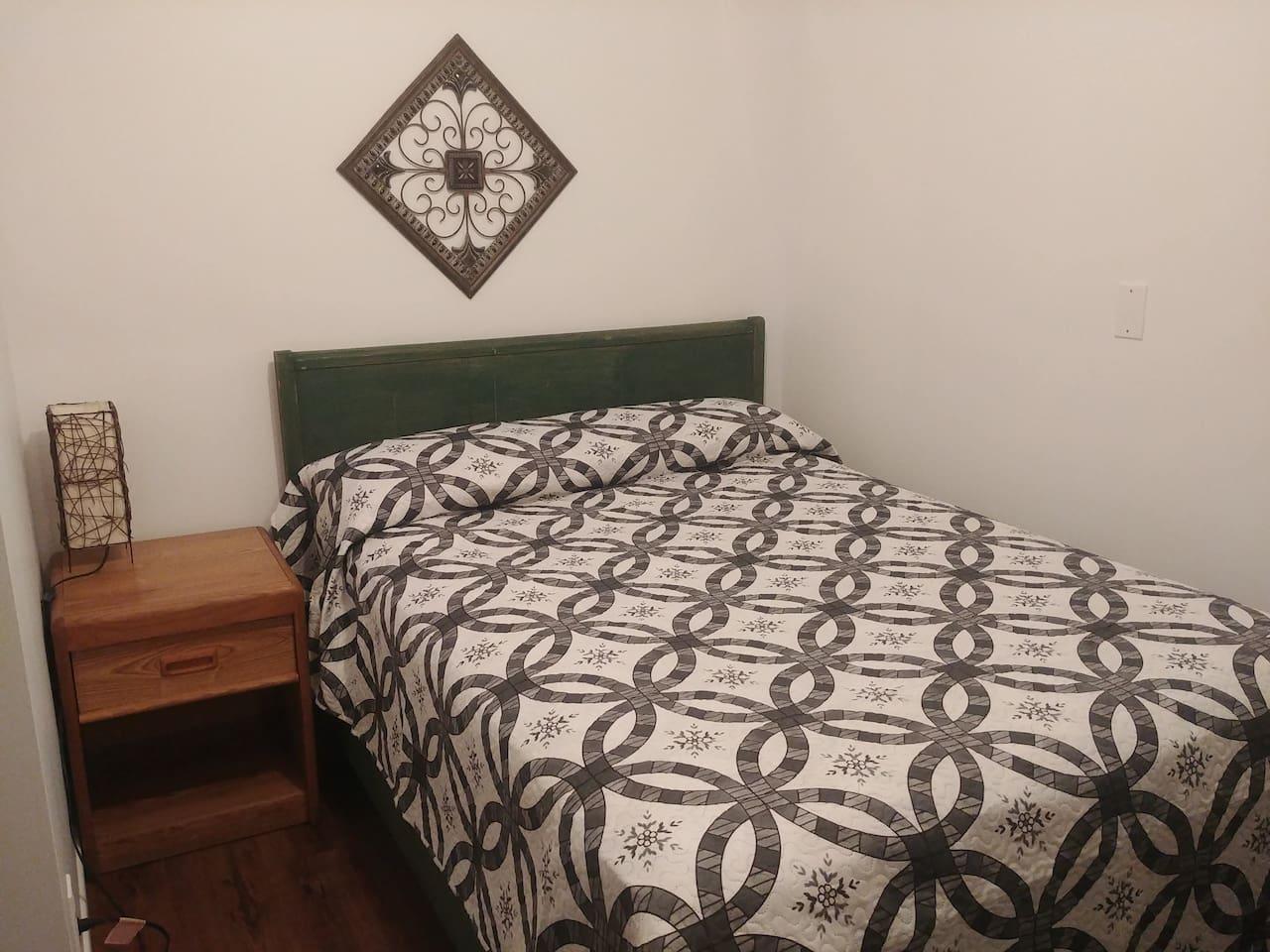 Cette chambre est situé au sous-sol. Entrée descendre les escaliers et prendre celle correspondant à votre numéro. Celle-ci #6 Merci