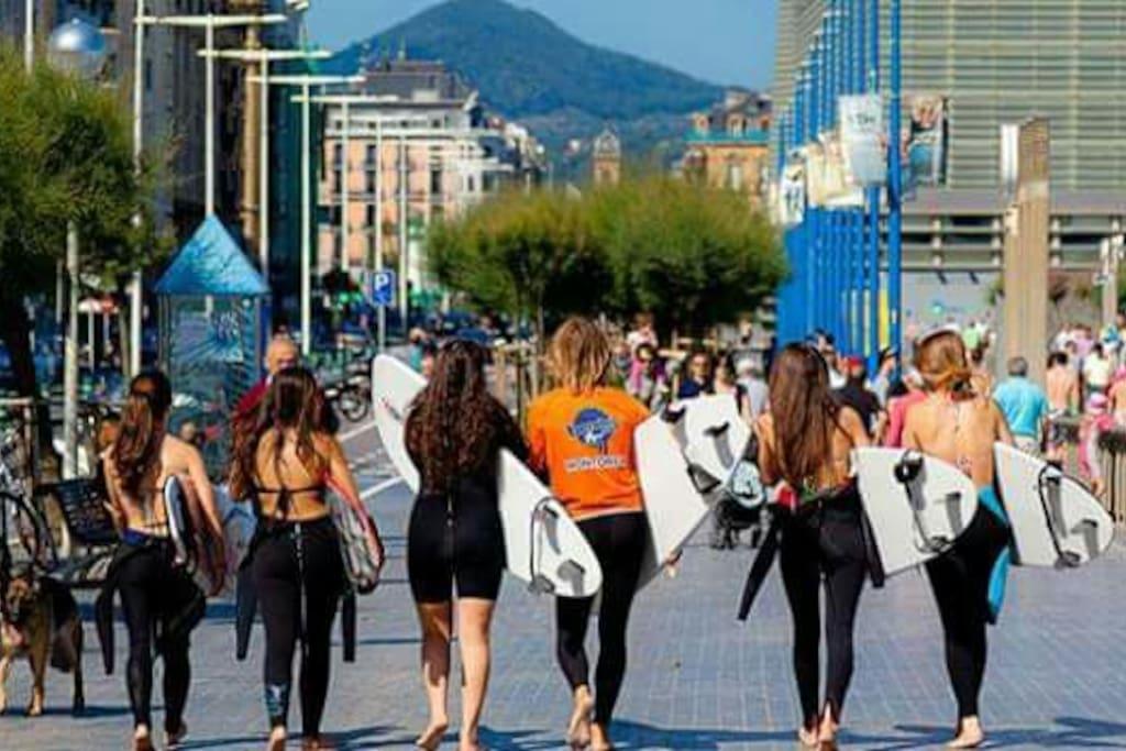 playa d la zurriola .la paya mas grande de las 3 q hay en Donosti;famosa por las olas para hacer surf