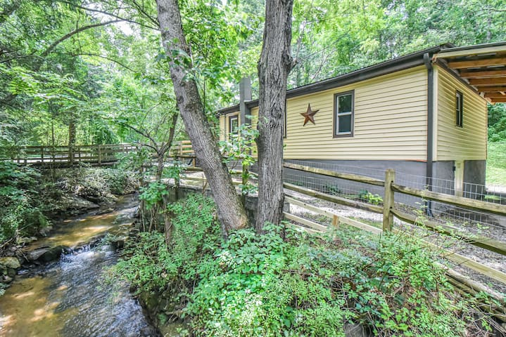 12 min Downtown, Sleeps 8, Hot Tub, Creek, Dogs OK