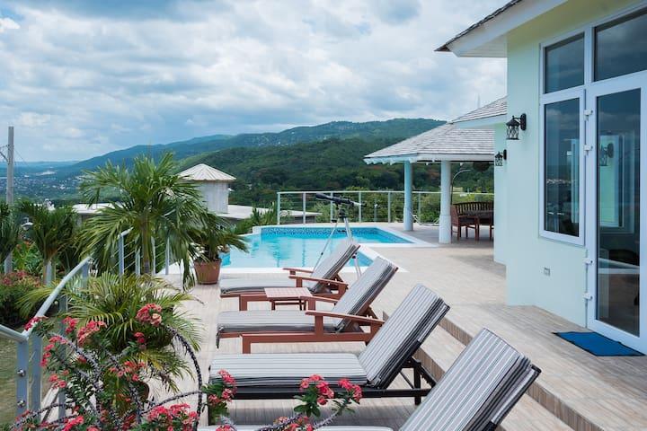 Seascape Villas with Ocean View + Pool
