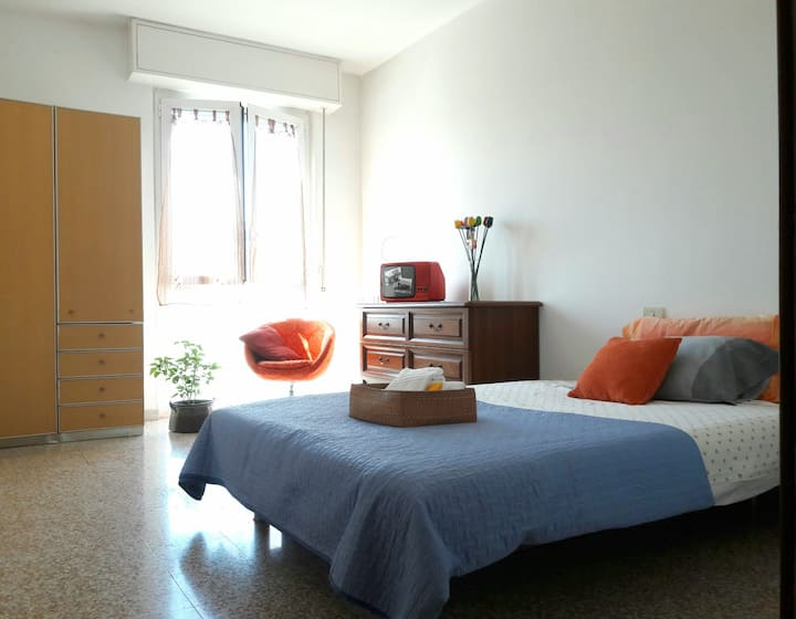 BRIGHT ROOM (near metro, with parking)