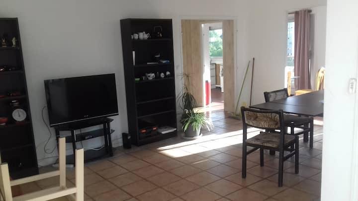 Chambre 10m² dans grand appartement à Massy.