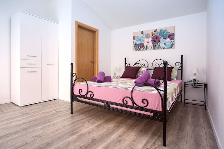 Bedroom No.1 with 160x200 bed, in suite bathroom with shower, air conditioning, LCD TV and exit to the outdoor pool area.