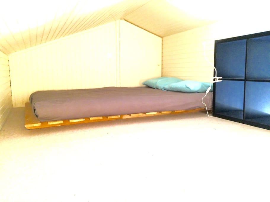 Chambre avec lit double sur la mezzanine
