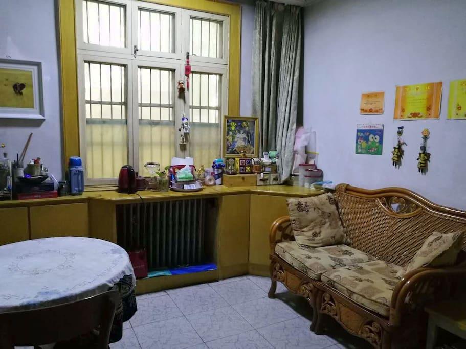 客厅里有些小摆设品,有兴趣的客人可以观察、把玩