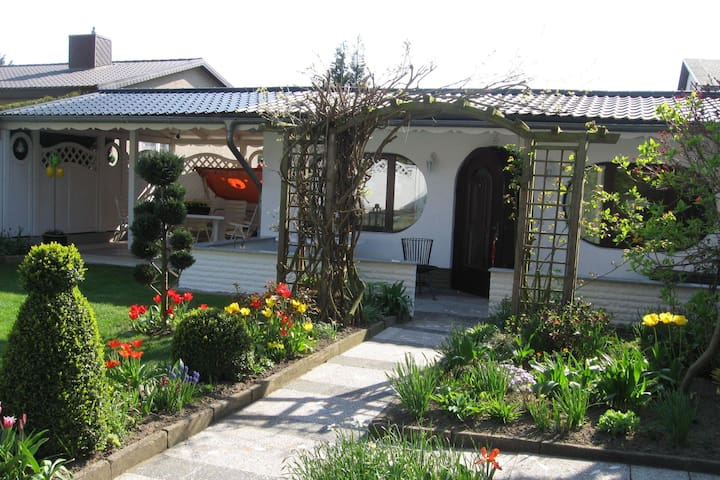 Lovingly furnished bungalow with garden