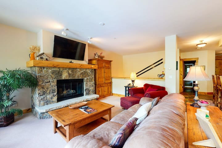 Luxurious condo w/ a shared pool, hot tub, plus access to hiking trails