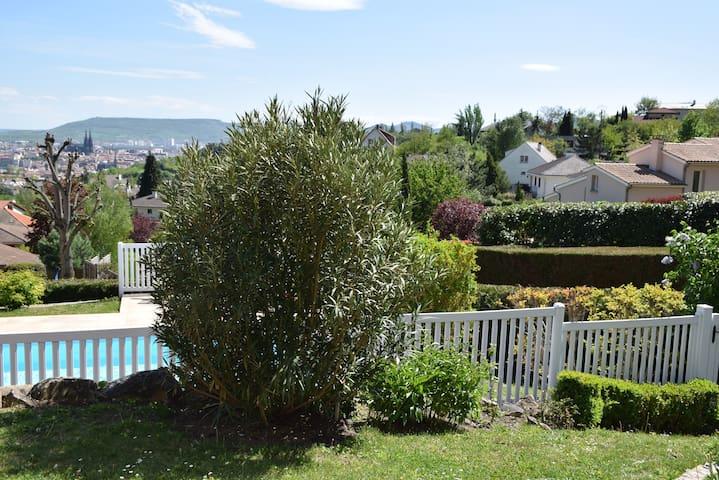 Jardin avec piscine derrière la barrière de sécurité