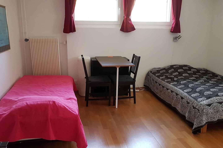 Bett rechts 1.4m, Bett links 0.9 m breit