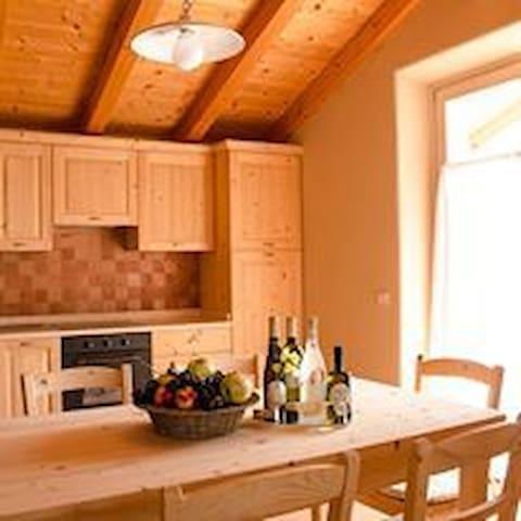 la cucina in legno massiccio