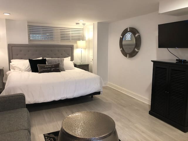 Newly Renovated Studio Apartment with Parking