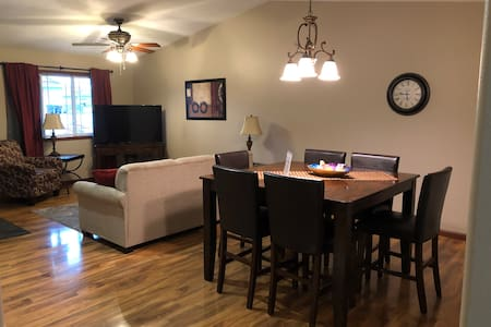 Cute and Cozy Townhome sleeps 6 Near Empire Mall