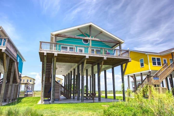 SunDaze. New Beachfront home! 3 bed 2 bath  , gourmet kitchen and ocean view