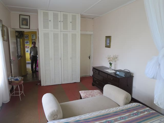 Kingston 2 Bedroom and 1 bedroom Apts - 7 guests - Stony Hill - House