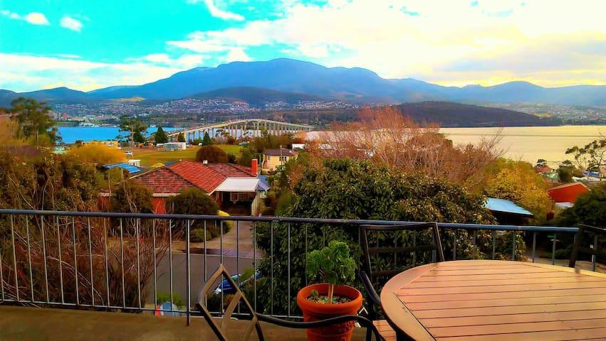 180 views looking over Hobart - Rose Bay - Huis