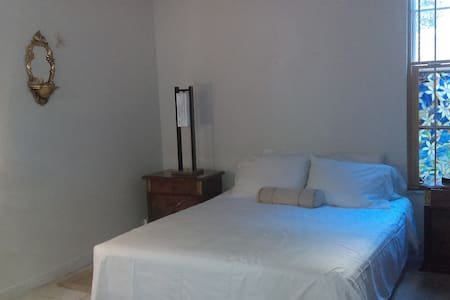 PRIVATE BEDROOM.  CUARTO PRIVADO (SMALL DOG OK) - Miami