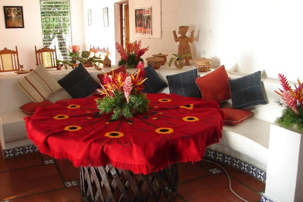 Rústica y colorida decoración campestre del comedor interior.