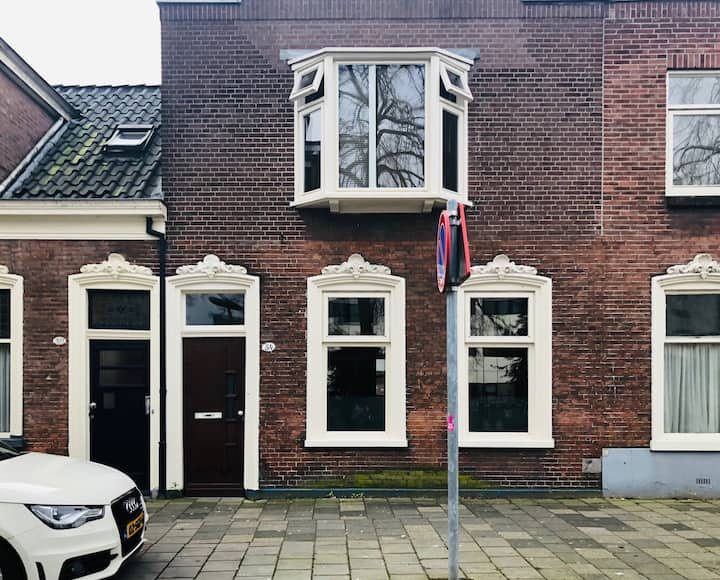 Schipperswoning bij UMCG in centrum stad Groningen