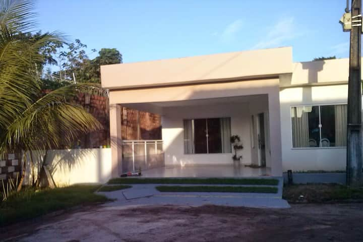 Casa Ampla em Condomínio Fechado