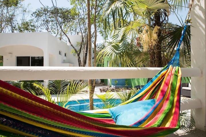 Beautiful 2BED Getaway! A+ Location! Pool+AC!