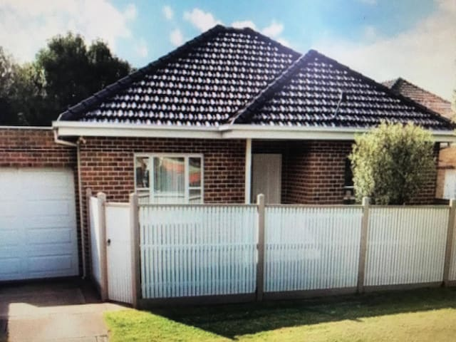 Bentleigh Home, Furnished room to let