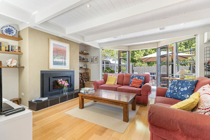 Parking, Fireplace and BBQ Deck in Chic 2-Bed House