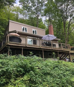 Tree-house getaway minutes from Kripalu