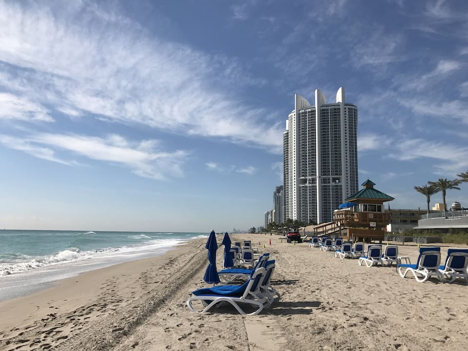 one block from the beach sleep up to 4 people condominiums for rent in sunny isles beach. Black Bedroom Furniture Sets. Home Design Ideas