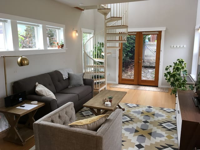Charming Guest House - One block from Downtown!
