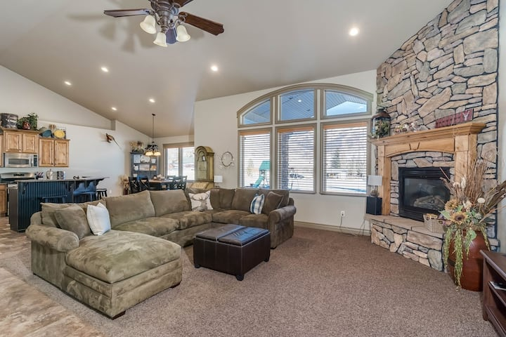 Sleeps 18 - Perfect for Outdoor Enthusiasts, Located Near Many Amenities