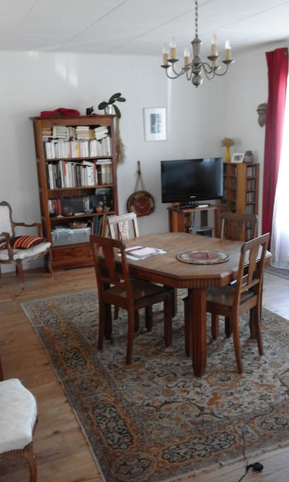 Salle à manger & salon avec canapé