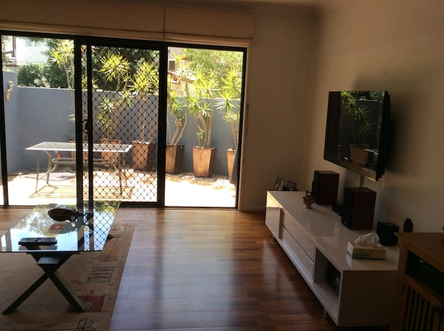 Bright airy modern townhouse close to City