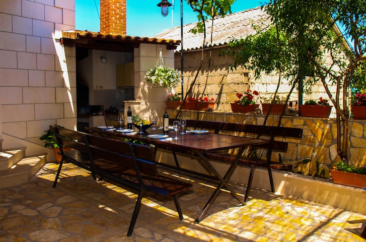 Spacious family apartment with big yard - Supetar - Apartment