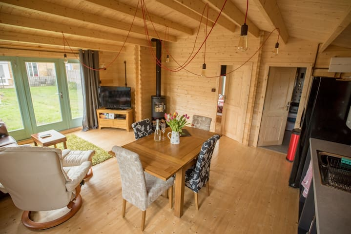 Caban Cwtch - Log fire, pool table, hot tub