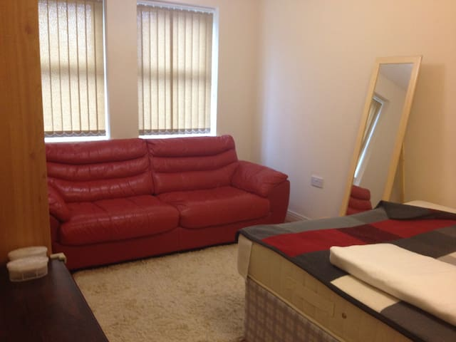 Perfect room next to Uxbridge stat and Brunel uni - Uxbridge - Apartamento