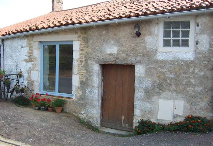 Rural Cottage with Heated Swimming Pool & Garden - Saint-Martin-des-Fontaines