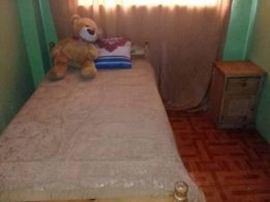 Cama ,cuarto y velador pequeño