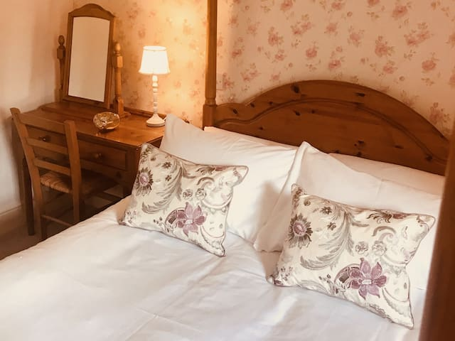 Double room four poster - The Usk Inn