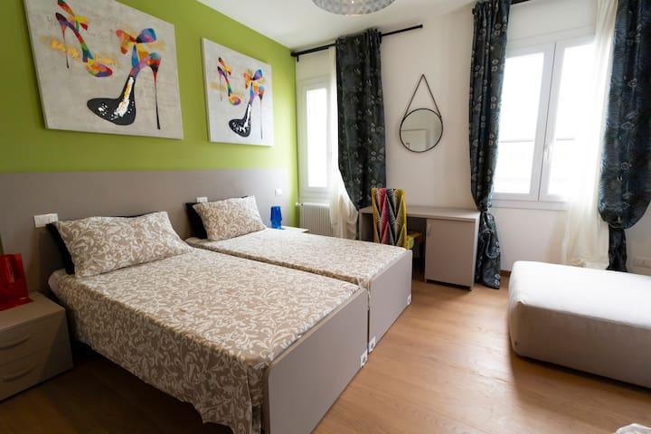Questa è una delle 4 camere ed è dotata di 3 posti letto. --- This is one of 4 rooms and has 3 beds.