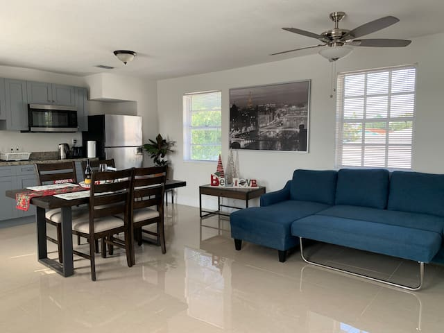 Newly renovated & bright apt in central location