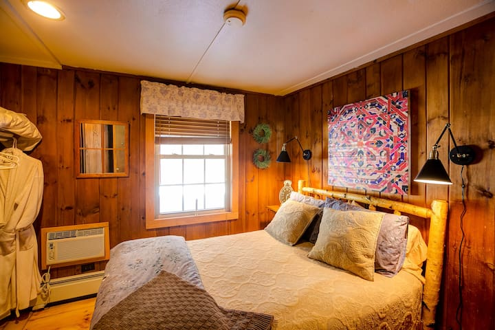 Cedar Room with double bed, bath and breakfast